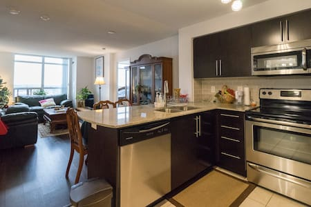 Beautiful 2 Bedroom Penthouse Suite /w Parking - Richmond Hill - Osakehuoneisto