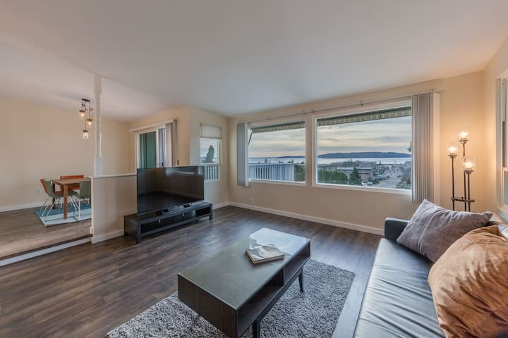 Private Townhome w/ water view near Seatac Airport