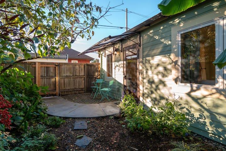 Private, clean garden cottage-fabulous location!