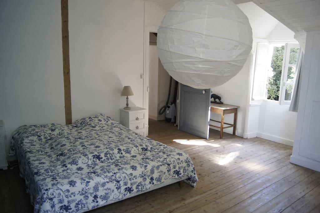 grande chambre double à l'étage avec cabinet de toilette atenant
