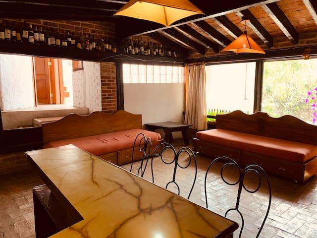 Sala con dos sofás que pueden ser adaptados para personas extra.