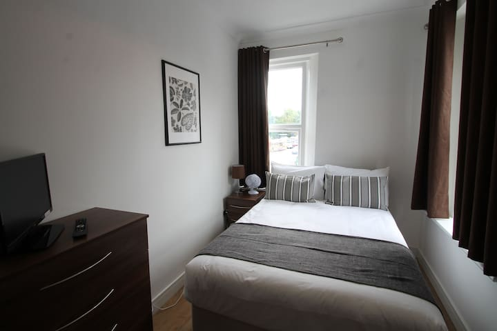 Cosy Room in Modern Apartment close to City Centre
