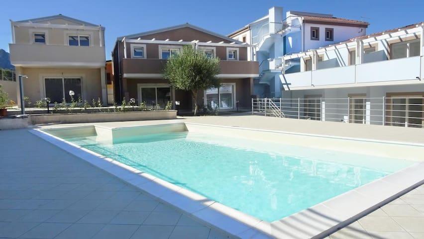 Casa Paola - Trilocale con giardino e piscina
