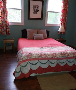 Sweet Sunny Suite with Private Bathroom and Yard - Woodfin