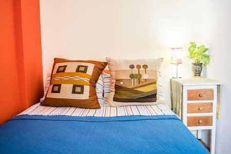 DoubleBed or 2 singles, small room w/window