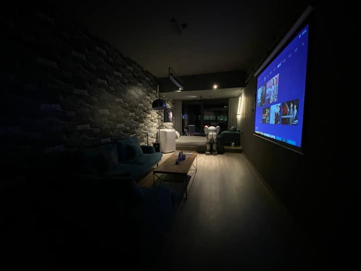 【帅杰的空中乌托邦 】民宿公寓 4号房,Kaws潮流、港派公寓、日式榻榻米、杜比私幕影院