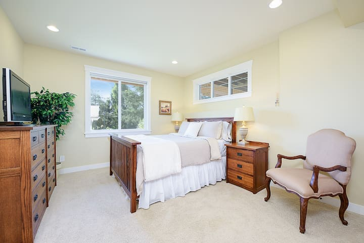 Spacious bedroom-queen bed
