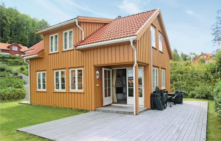 Holiday cottage with 4 bedrooms on 100 m² in Risør