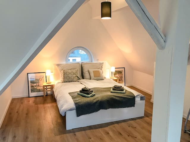Sunny, modern, private attic room, in center - Leverkusen - House