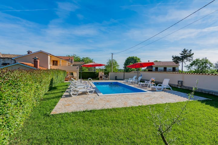 Villa with 2 apartments in central Istria