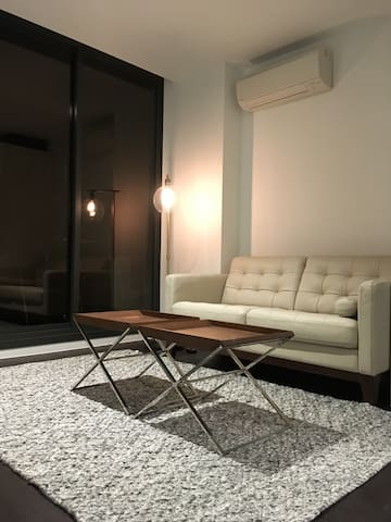 Solo Traveller who wants Affordable Cozy Couch - melbourne - Apartment