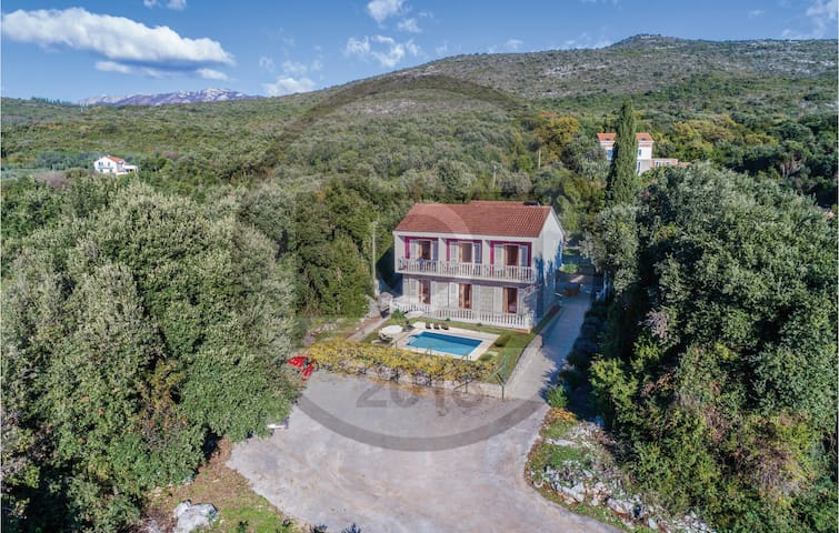 Holiday cottage with 8 bedrooms on 208 m²
