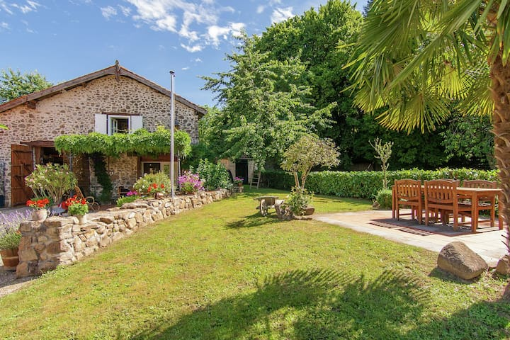 Romantic and comfortably furnished cottage with terraces and large garden