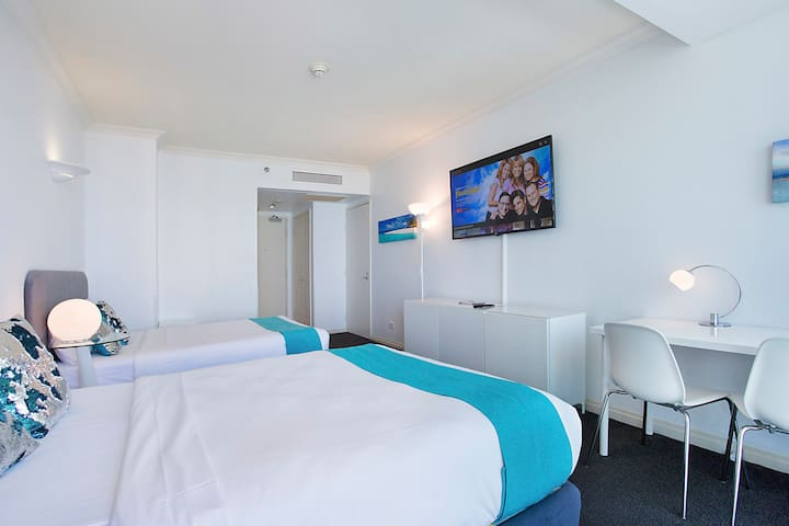 Legends Hotel Central Surfers, No Cleaning fee!!