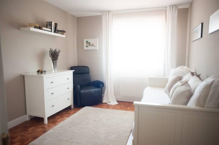 habitación con dos camas vistas al jardín