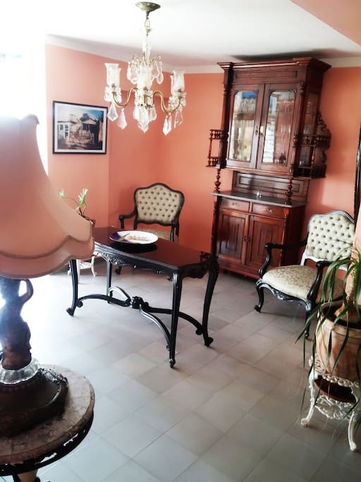 Sala con muebles al estilo Luis XV