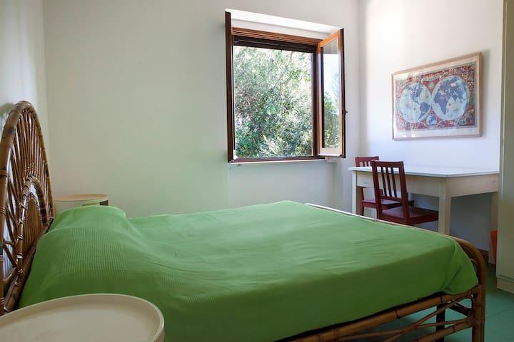 Camera verde in villa fronte mare