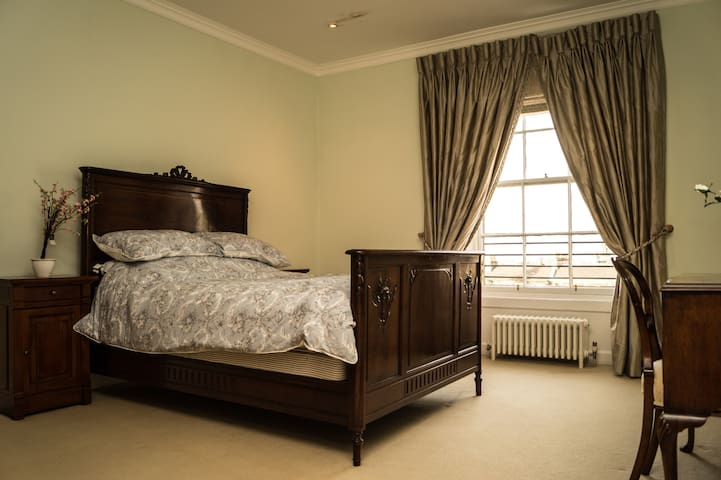 City Centre Double Bed with views and private W/C - Edimburgo - Casa