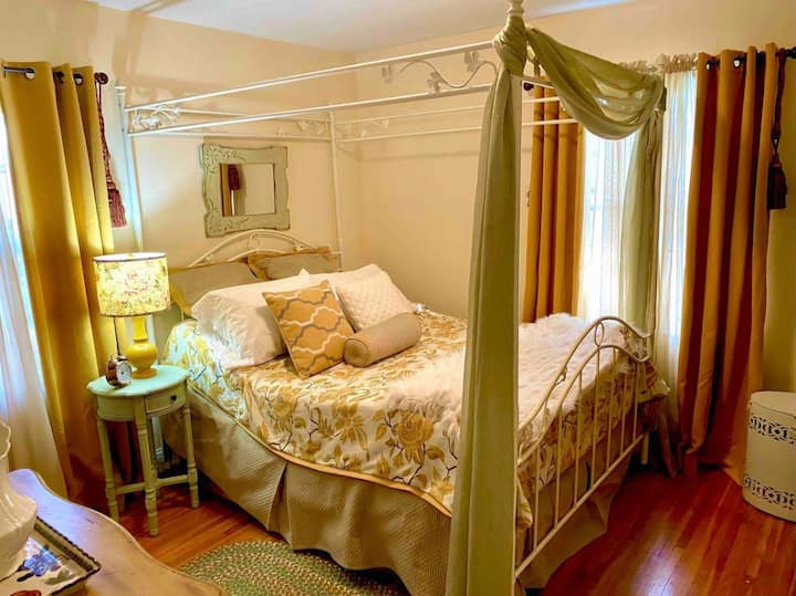 Cozy Cape Cod Daphne Room