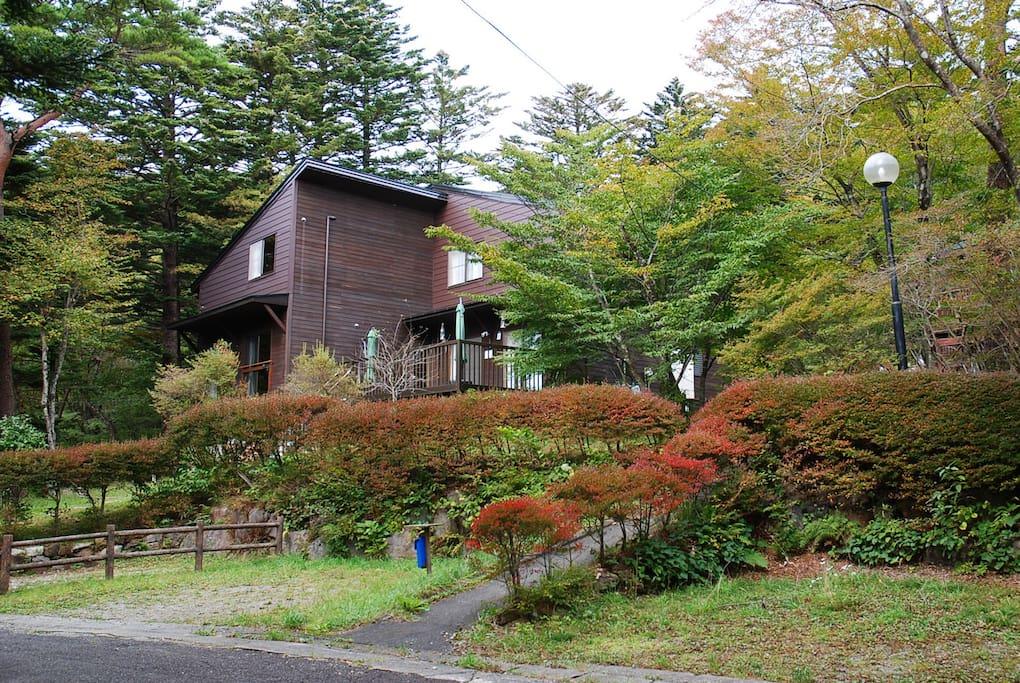 Nasu highland, vacation house.  那須高原の貸別荘。ゲスト専用棟(右側の棟)を1棟貸し切り。撮影時期:10月中旬