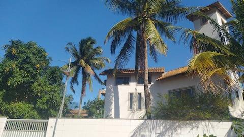 Um sonho de casa de praia a duas quadras da praia
