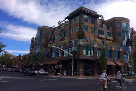 Heart of Bend, top floor condo for longer stays - Bend - Lejlighedskompleks