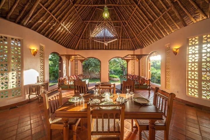 Sitting/Dining area Sunset Cottage