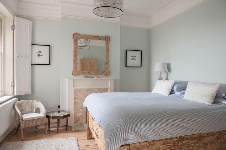 Stylish 3 bedroom Seaview apartment
