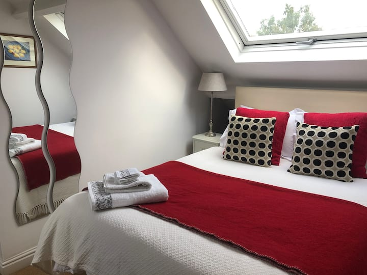 Double room close to river and transport links