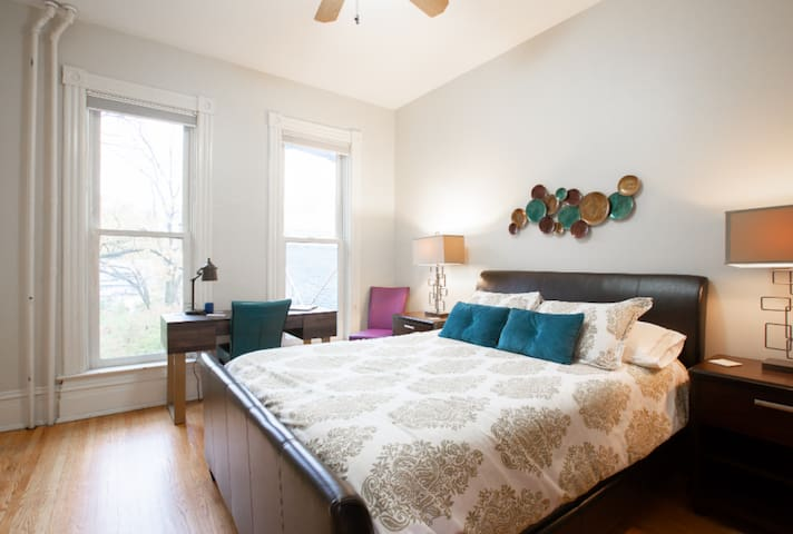 Sunny + Lively One Bedroom by UMN & Downtown