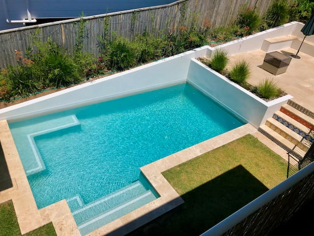 Poolside Pad in Lennox. Walk to beach and shops.