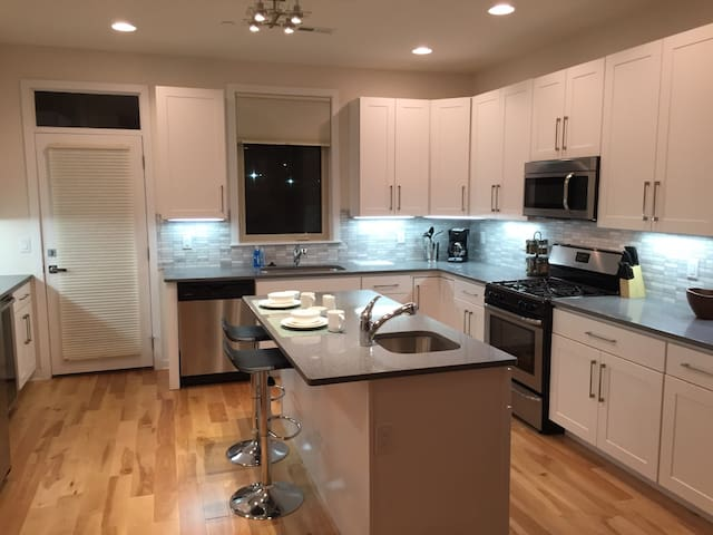 EXQUISITE townhome with Roof deck and 3 FULL Baths - Philadelphia - Ev