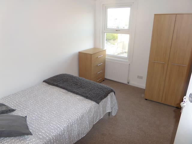 Double rooms to rent Nr Outlet village Swindon