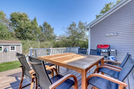 Airy home w/ 2 tandem kayaks, patio & firepit - 500 feet from Gooch's Beach!