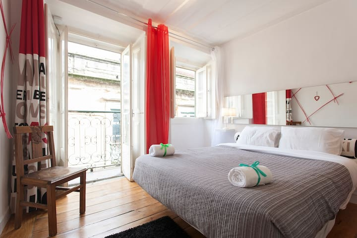 Flat with balcony in Bairro Alto in a busy street - Lisboa - Appartement