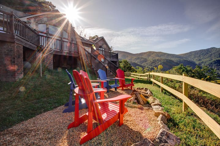Majestic Mountain: True Blue Ridge Mountain splendor; hot tub, game room & views