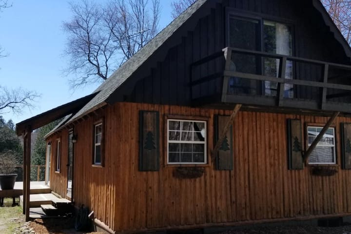 Dog-friendly, cabin-style home w/shared pools, hot tub, tennis, & gym