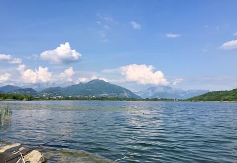 Hubane maja vaatega järvele