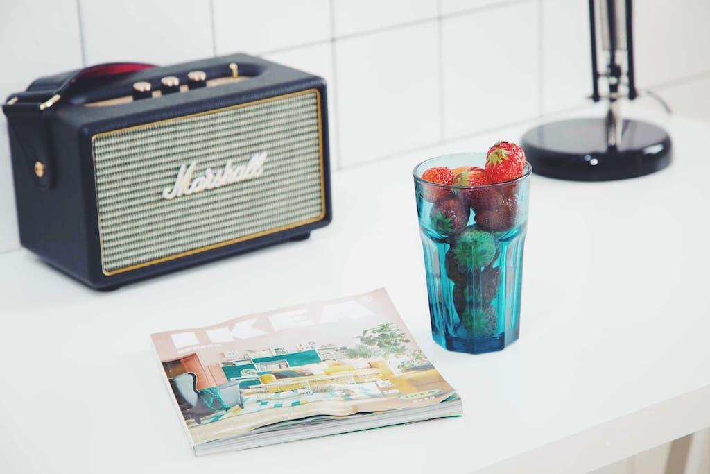 房间配备的Marshall音响,蓝牙无线连接。可以连接投影使用,也可以放自己喜欢的音乐。早餐的咖啡音乐电台 夜晚点点星光下的柔情歌声相伴入睡