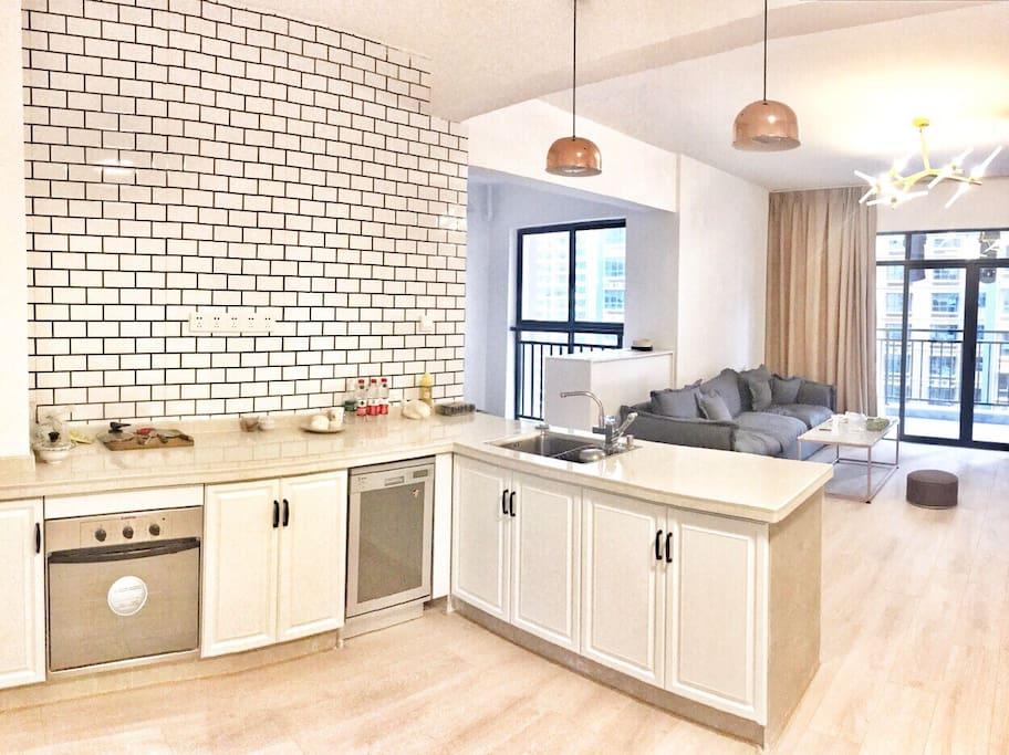 客厅和西式开放式厨房(有烤箱 洗碗机)