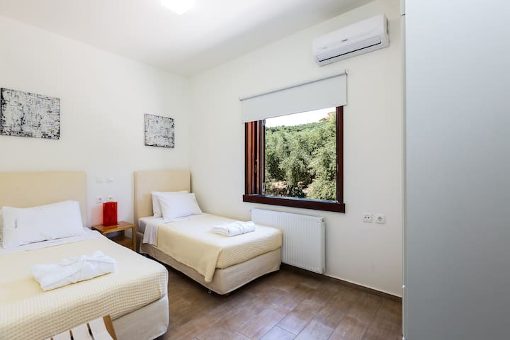 Bedroom with 2 single beds on the 1st floor