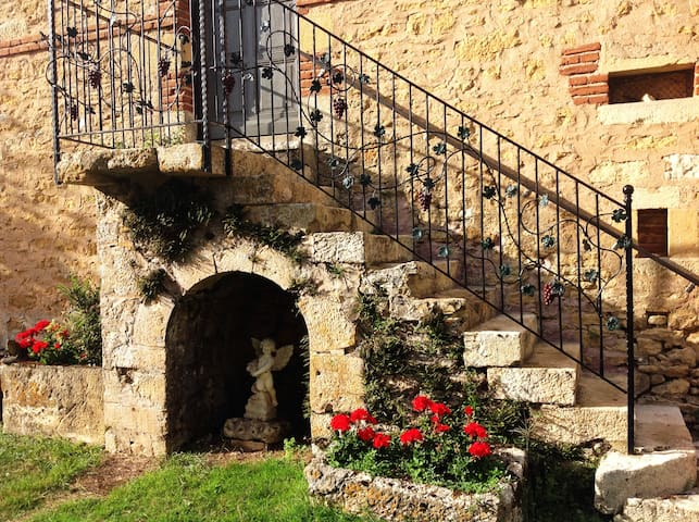 Converted 2 BR apartment in stone barn. Sleeps 5. - Lot-et-Garonne - Flat