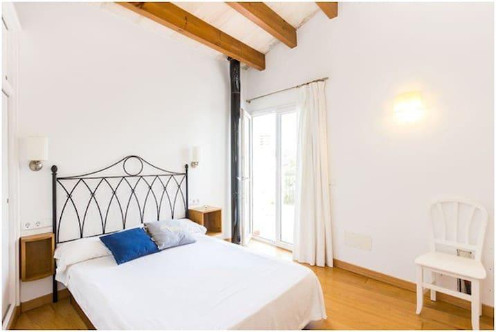 Dormitorio con amplia terraza