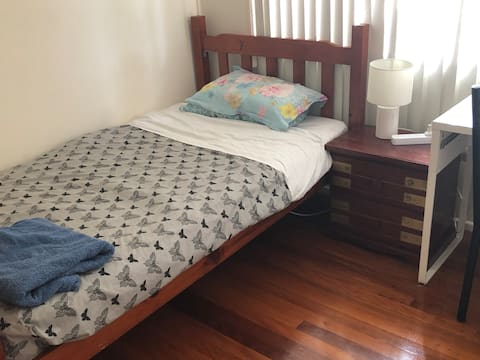 King Single bed in lockable room in Shared home
