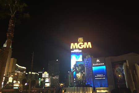 MGM Signature 2BR 2BA Penthouse Right On The Strip - Лас-Вегас