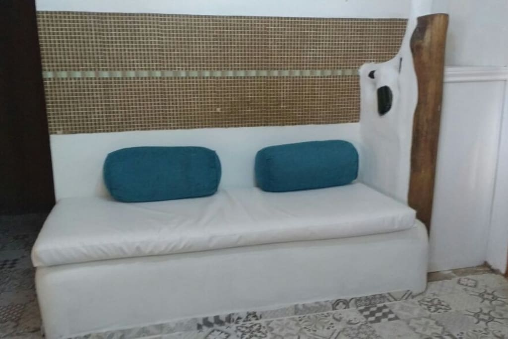 Bench that can be used as an alternative third bed