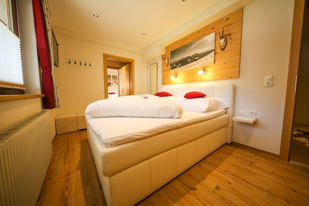 Schlafzimmer mit 32 Zoll TV