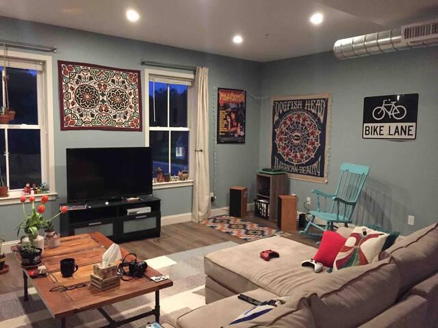 Luxury Private Room @ Duplex Apt 20 mins to Boston