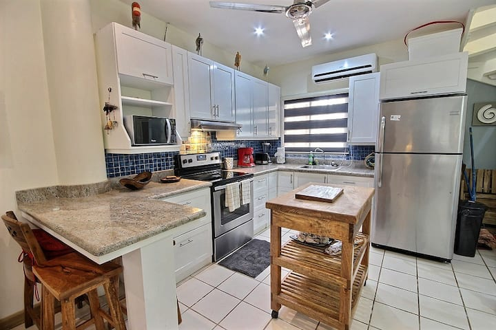 Remodeled 2 bedroom unit in heart of Tamarindo