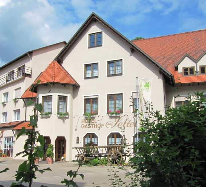 Hotel Gasthof am Selteltor, (Wiesensteig), Dreibettzimmer mit Dusche und WC